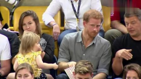 小女孩偷吃哈里王子的爆米花,一口又一口,这味道停不下来咯