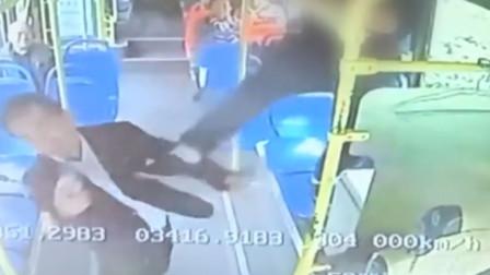 变道刮蹭引冲突 西安一轿车司机翻窗飞踹公交司机