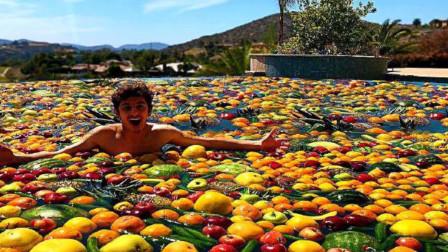 土豪小伙自制水果游泳池,一边游泳一边吃水果,画面让人看着都流口水