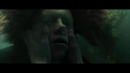 哈利波特第一个发现了四人,哈利波特救出两人,自己被章鱼怪缠住
