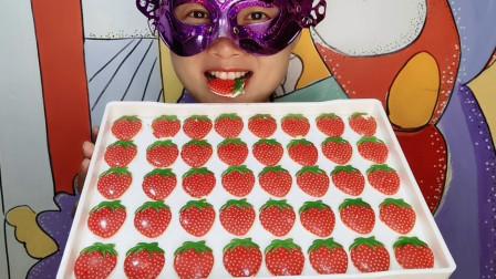 """小姐姐吃创意""""草莓巧克力"""",红肉绿叶好诱人,香甜薄脆好美味"""