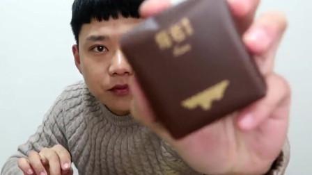 小伙试吃好利来熔浆巧克力蛋糕,刚拆开巧克力酱就喷涌而出