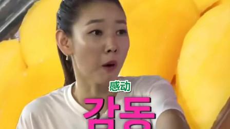 美食:韩国明星在中国吃荔枝,以前吃的都是冷冻的,这次终于吃到新鲜的