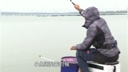 小杂鱼闹窝时钓友采用搓饵,起到的效果还不错