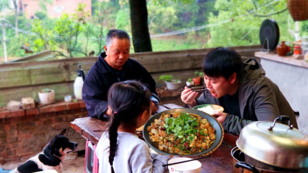 30块买斤猪肉,农村小哥加白菜粉条做东北菜,全家大口吃肉嗦粉过瘾