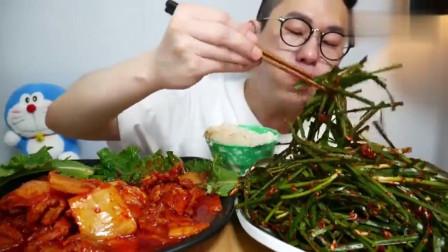 韩国吃货大叔,吃泡菜炒猪肉、米饭、拌菜,吃得特别香,我馋了