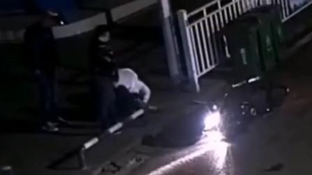 """【重庆】男子骑摩托车撞倒行人 下车""""跪地求饶""""后逃逸"""