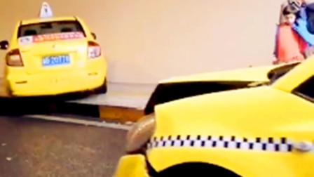 【重庆】隧道口两出租车发生碰撞 其中一辆撞上隧道壁