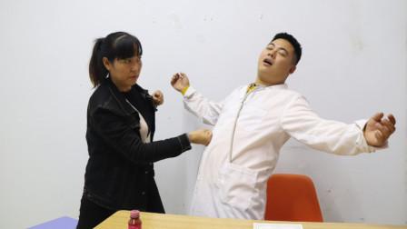 二货医生不好好看病只顾占便宜,被病人一拳打倒,看完笑的肚子疼