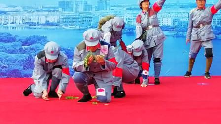 团体舞《爬雪山过草地》 老年舞蹈爱好者演绎红军长征路上的故事