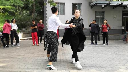 广场舞《情路弯弯》经典情歌,小樊老师和文静老师舞步干净利落