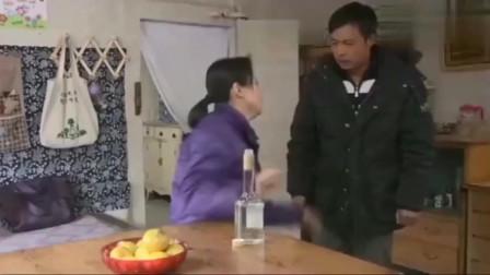 翠兰的爱情:寡妇借酒消愁,大叔进来后一个拥抱,大叔傻了!