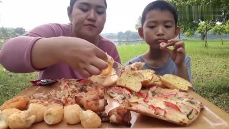 吃播:泰国吃货母子试吃披萨配烤面包片,大口大口吃得贼过瘾!