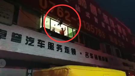 男子因醉酒从四楼掉下 卡在广告牌之间动弹不得