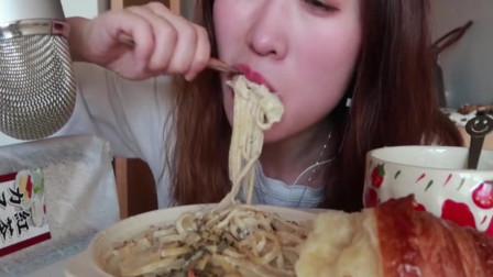 吃播:鲜虾奶油意面 奶油蘑菇汤 巨型可颂 日本红茶蛋糕