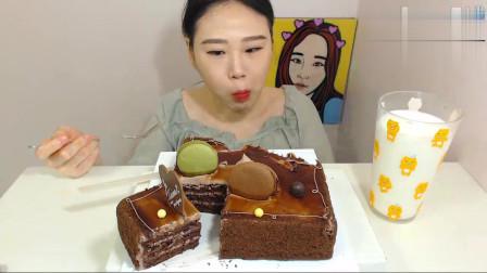 韩国吃播大胃王卡妹,吃巧克力蛋糕,吃得真香,有多少人喜欢看