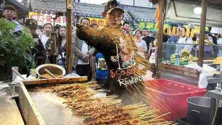 酷炫!沈阳男孩摊位当舞台,花式烤鱿鱼1次能烤100多串