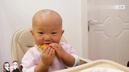 宸宸妈晚饭给宝宝做鲜虾饼,宝宝两只手抓着就啃,又香又营养