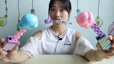 """美食拆箱:小姐姐吃""""伸缩拳头糖"""",趣味造型,边吃边玩好开心"""