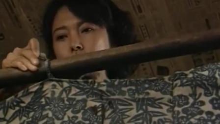 两口子晚上睡觉,妻子在中间挂块布,孩子不解:挂块布干啥