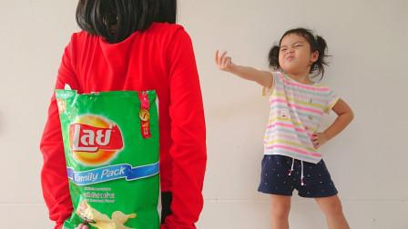 超有趣!姐姐为何把零食藏了起来呢?最后会被萌宝小萝莉发现了么?儿童亲子游戏玩具故事