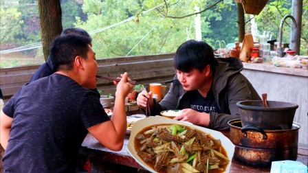 20一斤的猪肝,农村小哥加2个腰子炒一盘,全家爱吃遗憾的是没酒