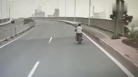 行车记录仪:面包车失控,摩托车小伙机智躲闪,晚一秒命就没了