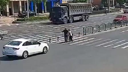 司机主动停车, 搀扶老人过马路