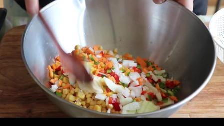 《韩国农村美食》香甜的玉米粒,配上青椒丁和炼乳一起凉拌,好吃