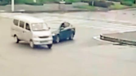 【重庆】轿车十字路口处抢行 撞上面包车致2车受损