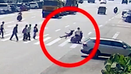 【重庆】摩托车强行通过斑马线 将过马路行人撞伤