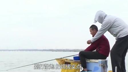 看旁边的钓友渔获惨淡,老师忍不住上去指点一下