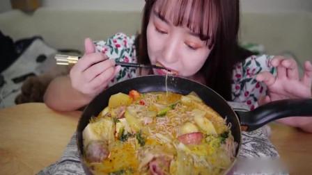 吃播小姐姐吃麻辣烫,丸子,煎蛋和面条,大口吃得吸溜吸溜响,吃相诱人