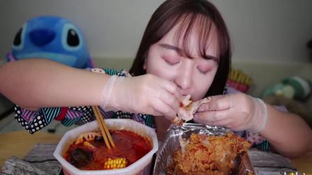 小姐姐胃口真好,一份小火锅配整只炸鸡,大口吃得超过瘾,吃相诱人