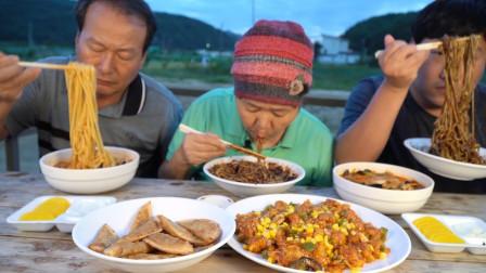 吃播韩国一家人,美味的中餐炸酱面海鲜面和干烹鸡,胖儿子吃的真享受!