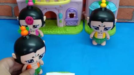宝宝喜欢玩玩具:三娃的数学题答对了没有