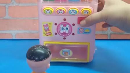 宝宝喜欢玩玩具:乔治不会买饮料,大头儿子来帮忙