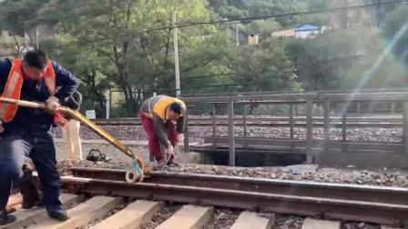 """京张铁路""""人字""""折返点一处轨道受""""内伤"""",工人20分钟换新轨!"""