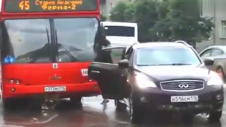英菲尼迪汽车故意别停公交车,车主下车就是一顿揍,为什么