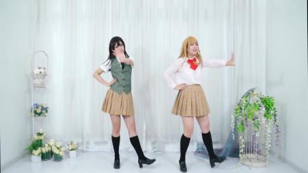 美女舞蹈:2个二次元小姐姐欢快跳舞,小姐姐的服装还是很好看的