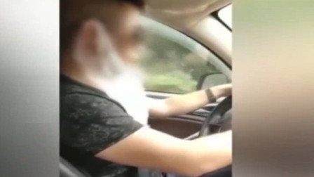 湖南:图方便? 男子开车耳套塑料袋吃甘蔗