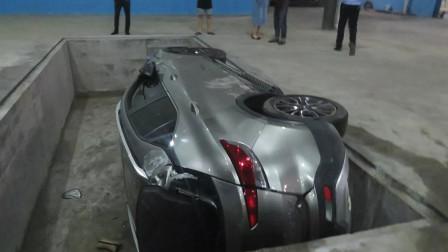 女司机厂房内掉头 连人带车翻入大坑吓坏