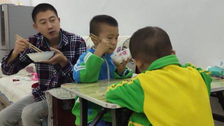 """东哥做了一个""""茄子炒肉鸡蛋饭"""",味道超级好,孩子们抢着吃!"""