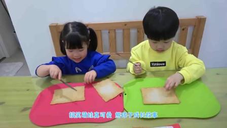 萌娃小可爱用面包片做了美味的食物,小家伙的厨艺棒棒哒,萌娃:真好吃!