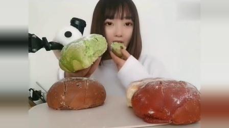 声控吃播小姐姐:酥脆的抹茶面包咬一口下去,是幸福的味道