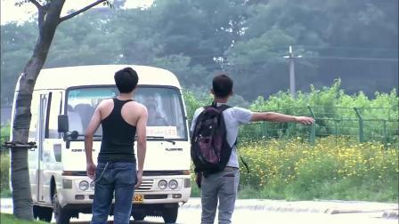 劫匪大白天打劫客车,不料看到车上的人,劫匪吓得当场不干了!
