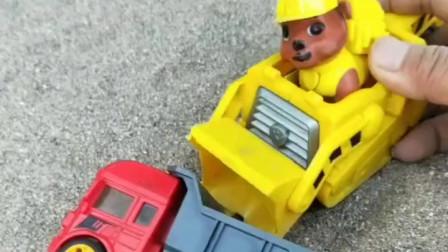 小卡车翻车了,汪汪队小丽帮助了它,小丽可真棒呀!