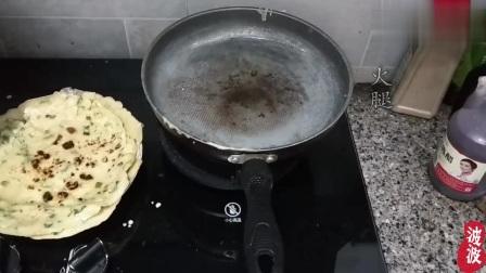 小伙在家自制葱花饼,卷起的一瞬间,隔壁小孩都馋哭了