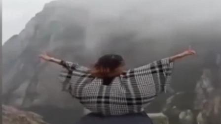 黄山:不要命! 女游客悬崖边发抖音