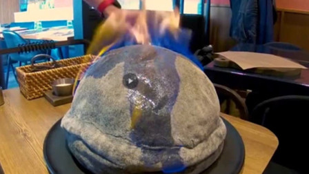 """餐桌上披萨成""""发霉面包"""",顾客刚想发火,服务员却笑着切开!"""
